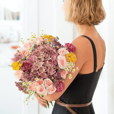 Frau mit einem Blumenstrauß