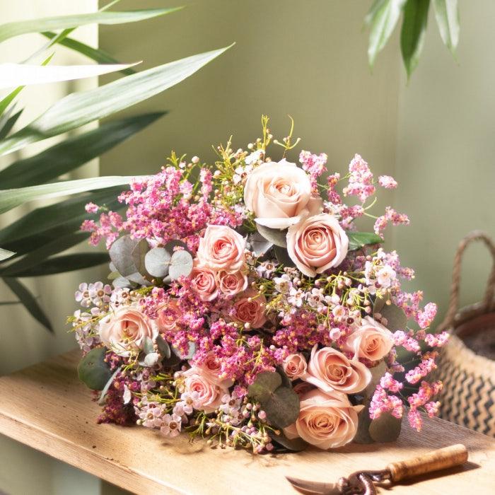 Bouquet de fleurs posé sur un banc