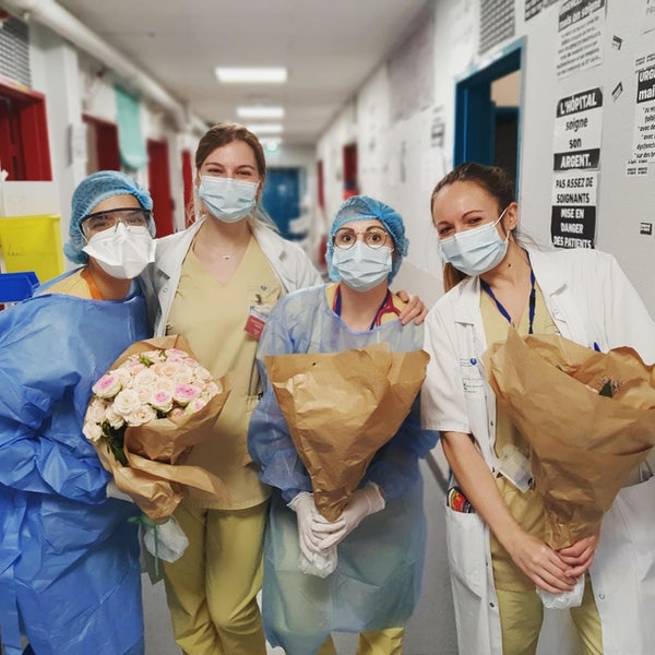 Personels soignants avec des bouquets Bergamotte