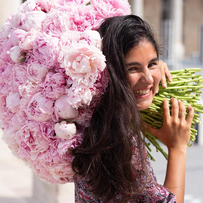 Louise, portant un bouquet de pivoines