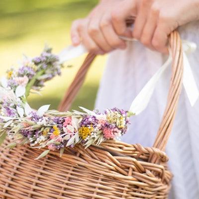 Korb und Blumenkranz