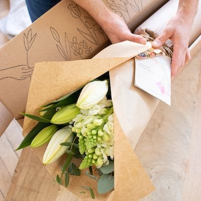 Unser DIY Blumenstrauß in seiner maßgeschneiderten Verpackung.