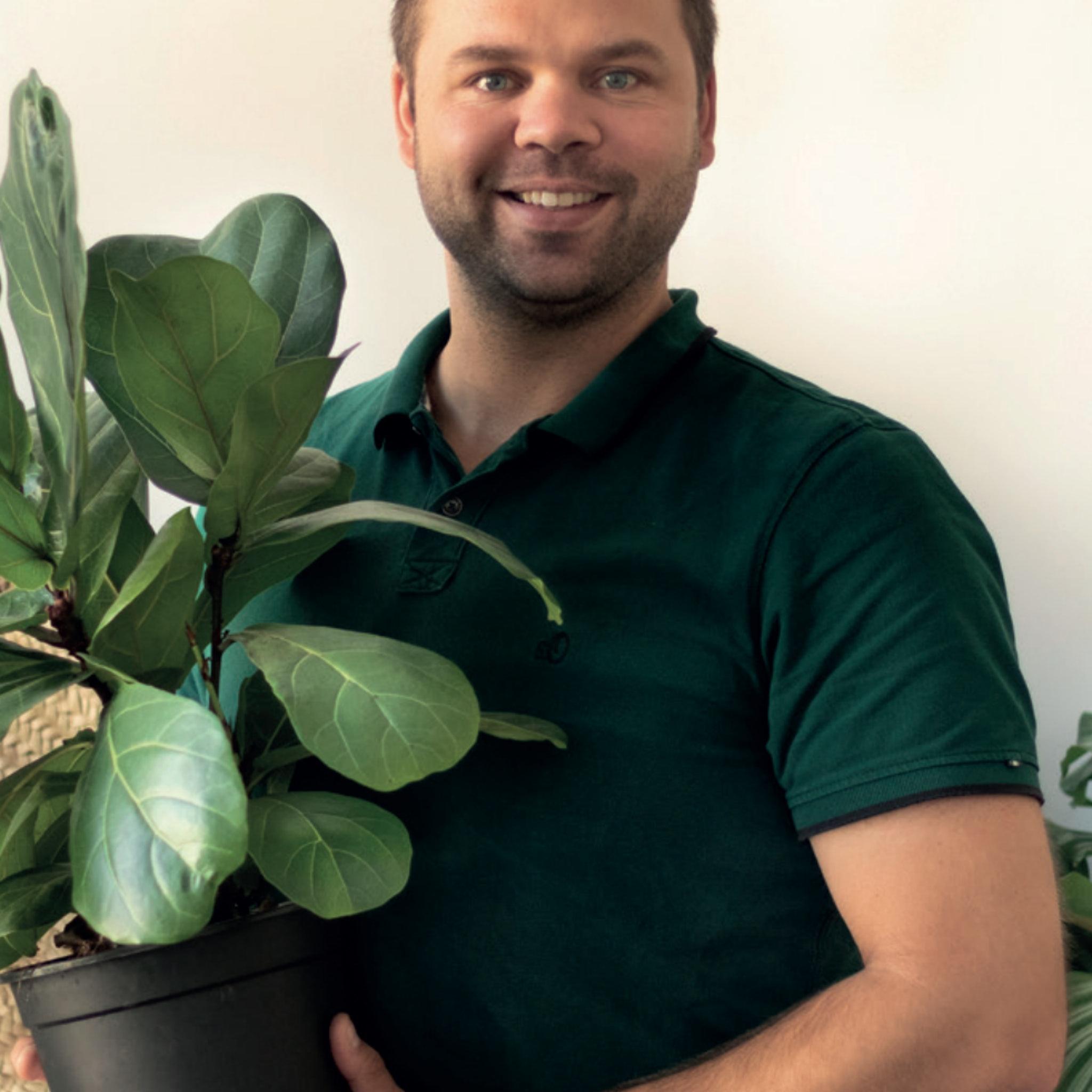 Ein Mann mit einer Pflanze