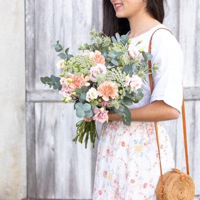 Frau mir einem Blumenstrauß