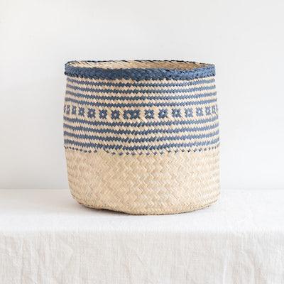 Geflochtener Seegras-Korb mit blauem Muster