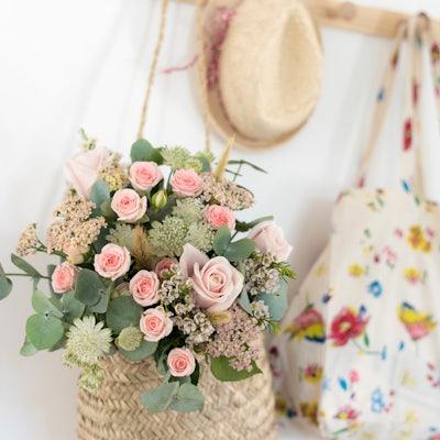 Bouquet de fleurs champêtre dans un panier