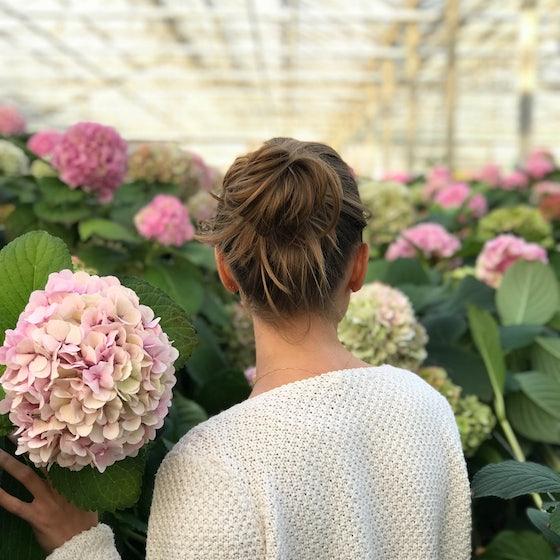 Frau mit Pflanzen