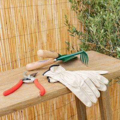 Les essentiels du jardinier : sécateur, transplantoir, râteau et gants de jardinage