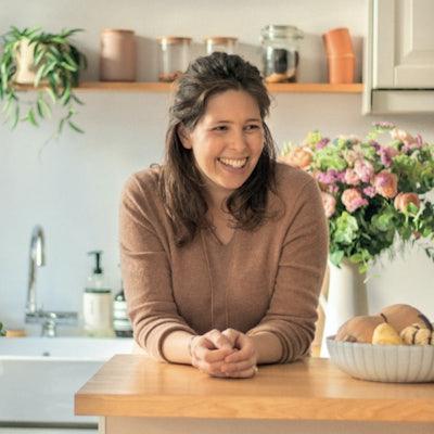 Frau in einer Küche lacht