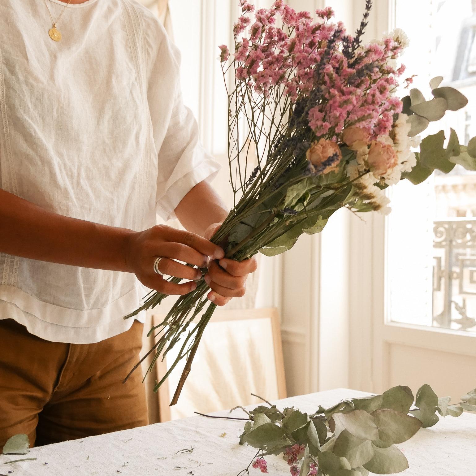 Création d'un bouquet de fleurs bergamotte